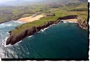 Otra instantánea con la belleza de la cala Antuerta en primer plano, la playa Cuberris y el Camping Playa de Ajo junto a ellas.